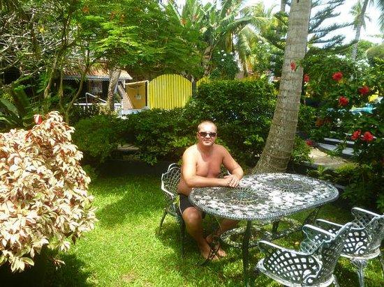 Flower Garden Hotel: Около бунгало