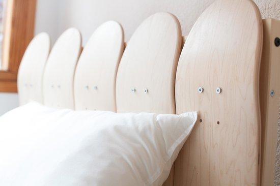 Moana Surf Hostel : Cama hecha con tablas de skate