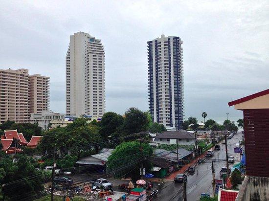 Dacha Beach: Вид с балкончика на сторону пляжа