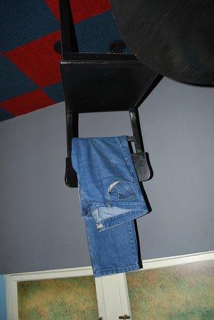 """Propeller Island City Lodge: Если фото перевернуть, то джинсы будут """"висеть вверх"""""""