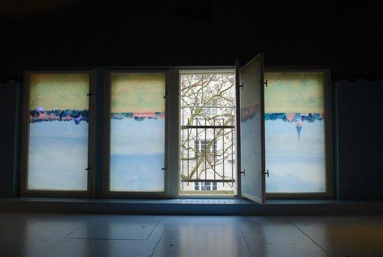 Propeller Island City Lodge: Если окна закрыты, то все выглядит пе-ре-вер-ну-тым