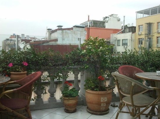 Hotel Niles Istanbul: The restaurant terrace for our great breakfast.