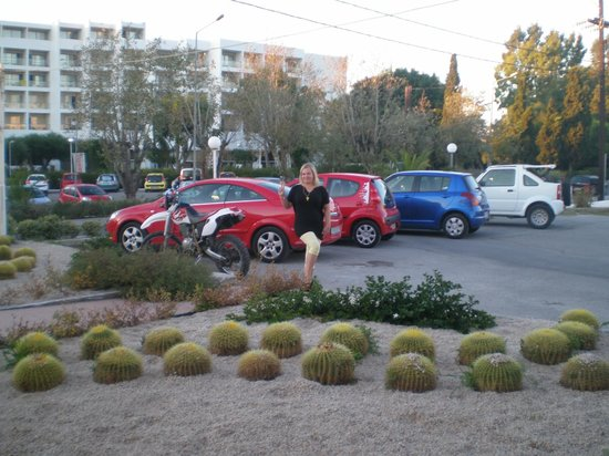 Doreta Beach Hotel : Отель и напротив аренда машин.