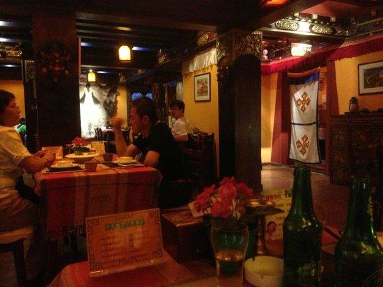 A Bu Lu Zi Tibetan Restaurant : Interiori del restaurante