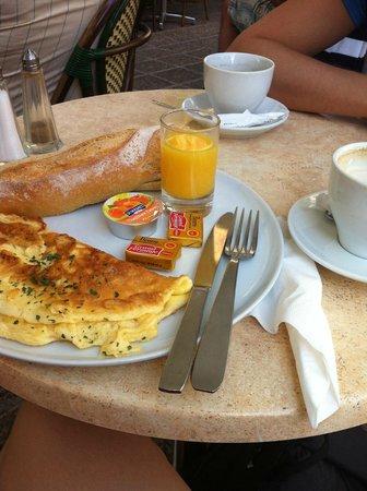 Nice Art Hôtel : Завтрак в близлежащей брассери