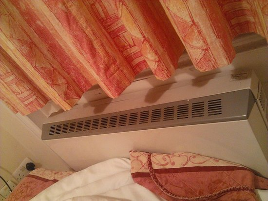Dylan Apartments Paddington: Il diffusore di aria calda attaccato letteralmente al letto.