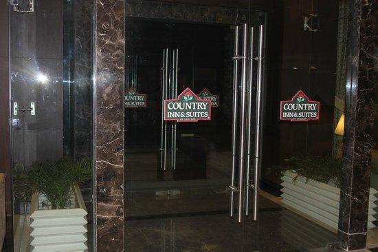 Country Inn & Suites By Carlson Gurgaon Sector 12: Вход в отель. Приседать от приятной неожиданности я начала уже здесь.