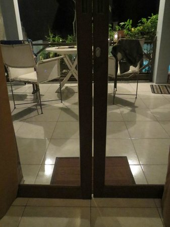 UMAH GRAN GUEST HOUSE : gap on door