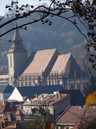Black Church (Biserica Neagra): Вид на Кирху из городского парка, что над старым городом.