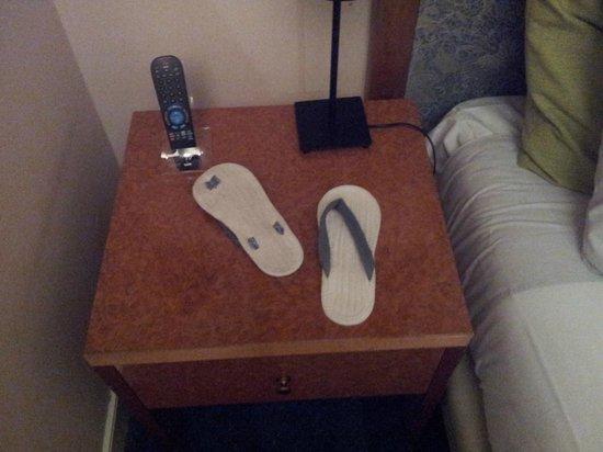 Best Western Museumhotels Delft: Pantofole buttate sul letto, chissa perché!