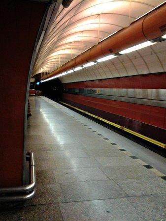 Karlin: Станция возле отеля