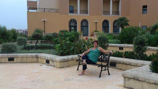 Corinthia Hotel St. George's Bay: садики внутри отеля