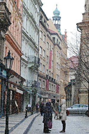Karlin: Белый снег укутывает Прагу
