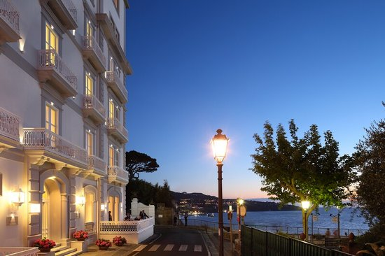 Hotel Mediterraneo Sorrento: Hotel entrance at night