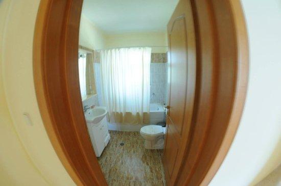 Niki Hotel Apartments: ванная