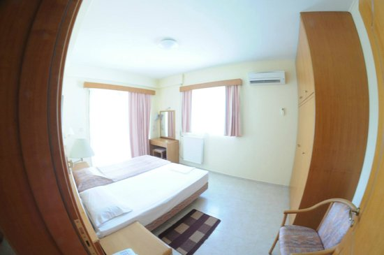 Niki Hotel Apartments: первая спальня