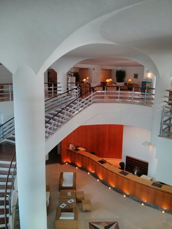 Tivoli Lagos Hotel: Reception and staircase