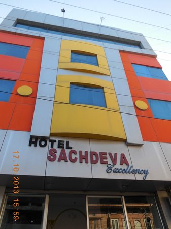 Hotel Sachdeva Excellency: Front of Hotel