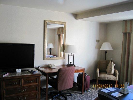 Best Western Plus High Sierra Hotel: TV and work desk
