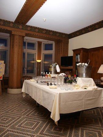 Grand Hôtel des Rasses : l'apéro servi au salon