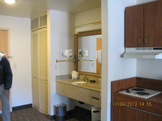 BEST WESTERN PLUS High Sierra Hotel: Sink outside bath