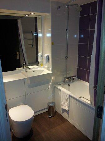 Premier Inn Birmingham Broad Street (Brindley Place) Hotel: En-suite Bathroom