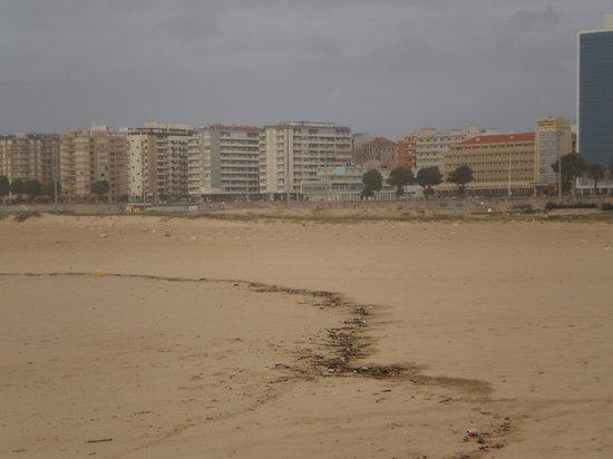 Mercure Figueira da Foz: verlaten strand voor het hotel
