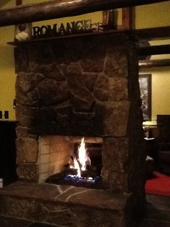 Highland Haven Creekside Inn: Blue Spruce One fireplace in bedroom and through to sitting room