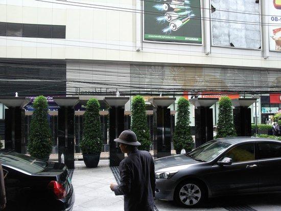 JW Marriott Hotel Bangkok: возле входа в отель