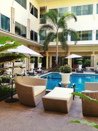Qiu Hotel Sukhumvit: Днем в бассейне не многолюдно