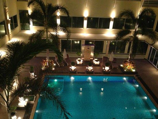 Qiu Hotel Sukhumvit: Бассейн работает до 00:00 (!)