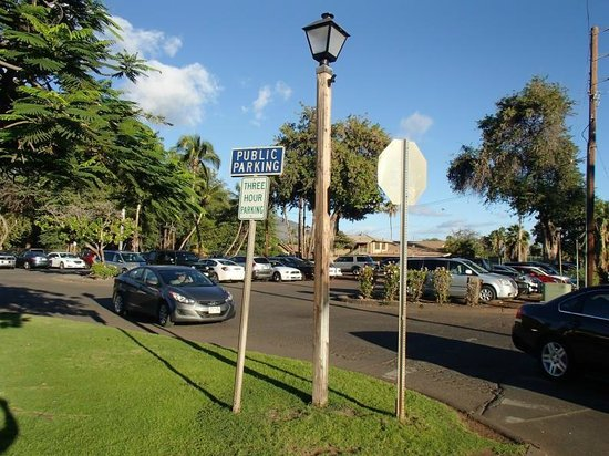 Parking lot in Lahaina front street entrance