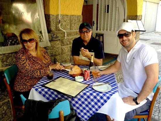 Almoçando com meus pais em frente a calçada do Le Vin Bistro, em Ipanema.
