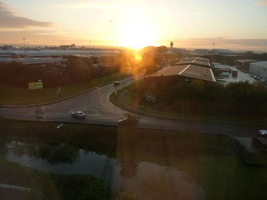 Premier Inn Manchester Airport (M56/J6) Runger Lane North: View from our room of the airport