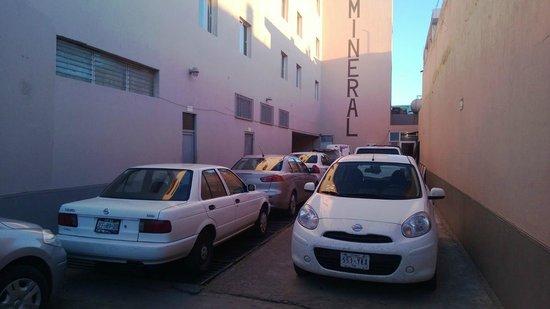 Hotel del Mineral in Fresnillo: Estacionamiento muy pequeño