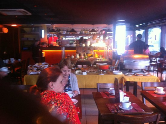 Mar Ipanema Hotel: Breakfast inside the Devassa bar, a bit crumped