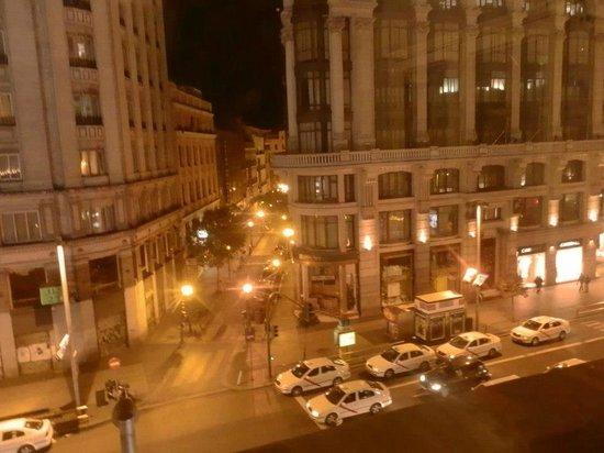 HOSTAL PEREDA: LA vista a GRan Via, desde la ventana de la hab.
