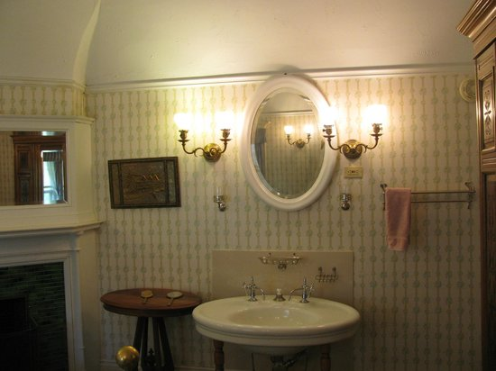 Redstone Castle : Victorian bathroom