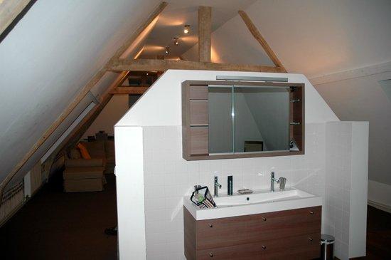 La Cour de Remi : Coin salle de bain dans une suite