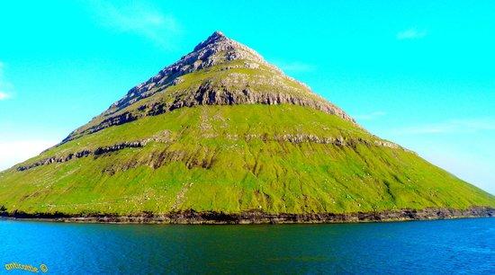 Islas Feroe: Эта гора (Бланкесколефьелль) является одной из визитных карточек Фарерских островов.