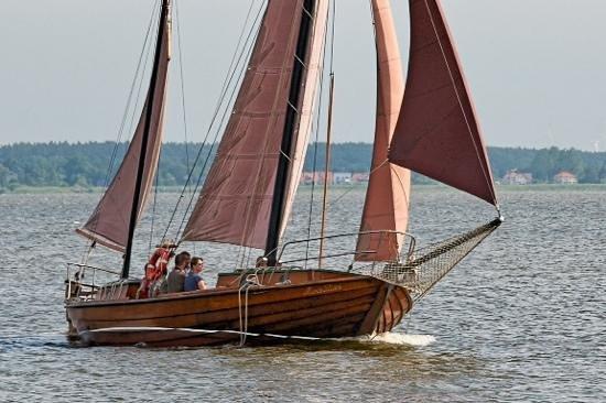 Hotel Haferland: Zeesboot auf dem Bodden vor dem Haferland