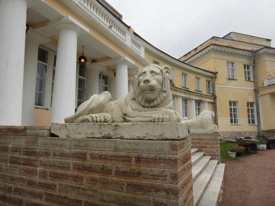Maryino Manor Country Hotel : Львы у входа