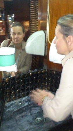 Galeto: alle vasker hænder i spisesalen efter WCbesøg