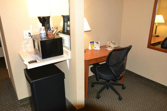 Country Inn & Suites By Carlson Fergus Falls : Desk area, with microwave and fridge.
