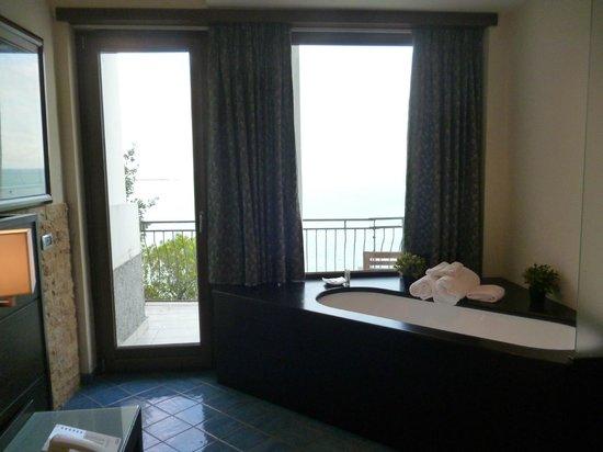 Hotel La Lucertola: Vasca in camera