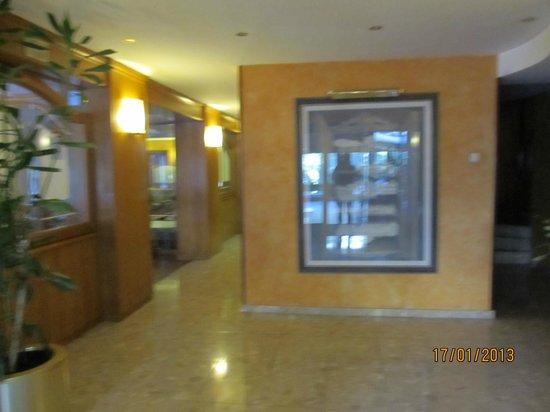 Guillem Hotel: Холл, слева - зона отдыха с камином, бильярдом, библиотекой, справа - лифт