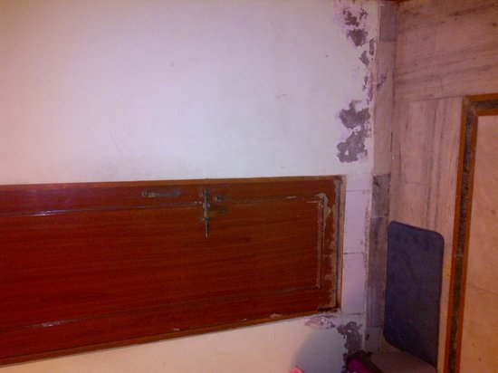 Hotel Krishnam Palace: state of some walls...