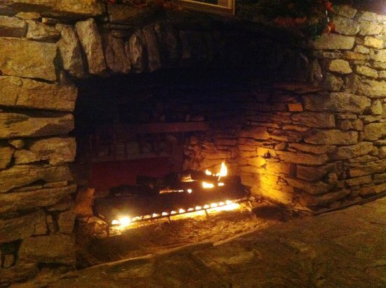 Fryemont Inn Dining Room: Dining room fireplace - 8' wide and can see through to bar on other side.