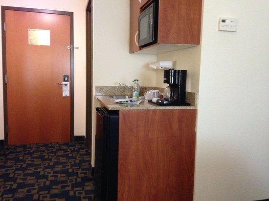 Holiday Inn Express Pembroke Pines-Sheridan St : Cocina y café