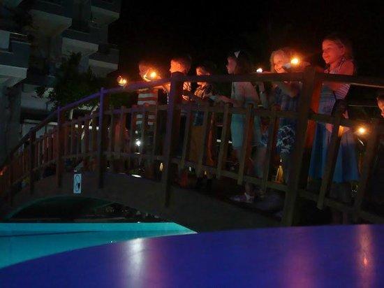 Caretta Beach Hotel: вечером